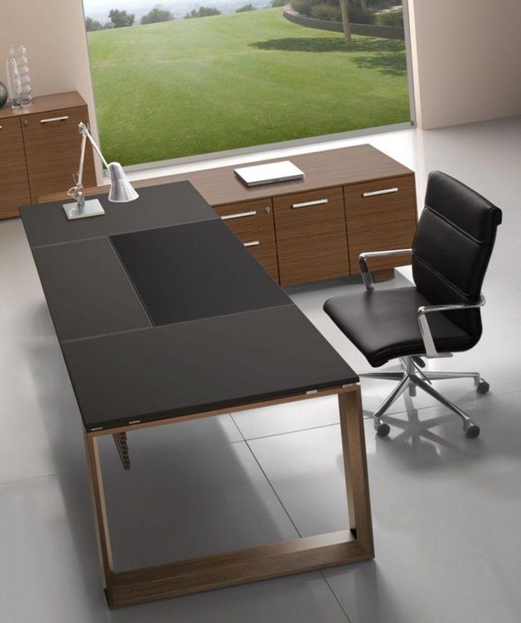 Schreibtisch mit Ledertischplatte