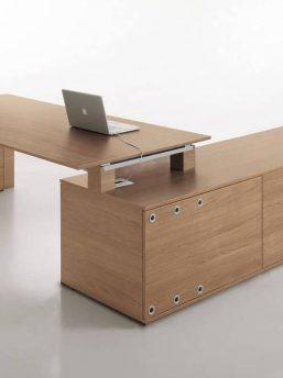 Schreibtisch-mit-Sideboard-und-Wangengestell-Belüftungslöcher