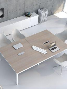 Konferenztisch mit Elektrifizierung