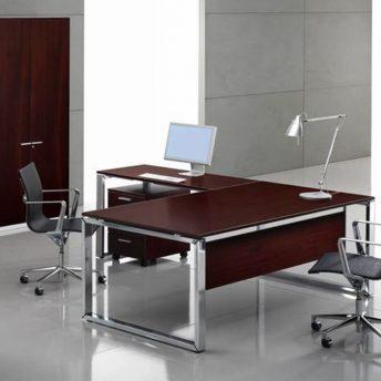 Schreibtisch mit Knieraumblende
