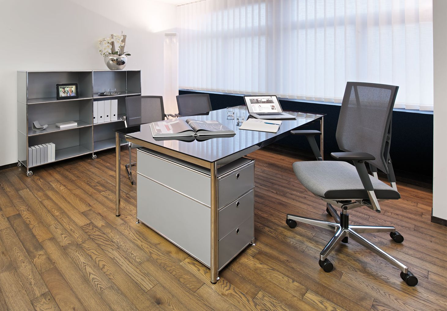 schreibtisch glas lackiert viasit klassiker direkt. Black Bedroom Furniture Sets. Home Design Ideas