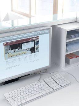 Empfangstheke-Deno-mit -Monitorboden