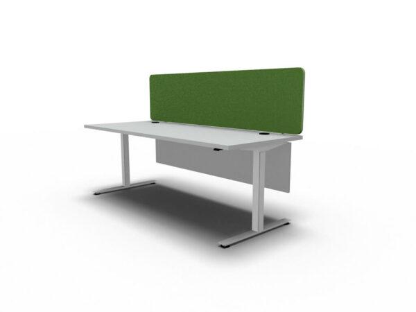 Schreibtisch-elektrisch-hoehenverstellbar-OGI-DRIVE-mit-Kabelkorb-Kabeldurchlaessen-Knieraumblende-Sichtschutzpaneel