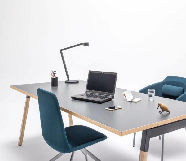 Schreibtisch-OGI_W-mit-Esche-Kante-2