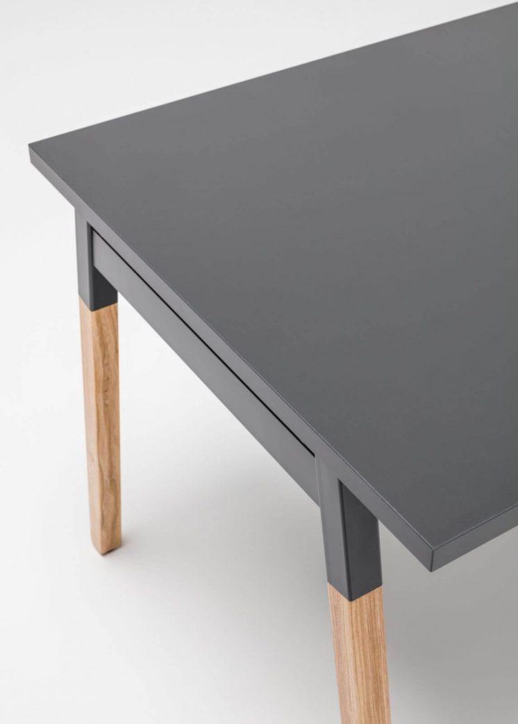 Schreibtisch-OGI_W-mit Holzbeinen