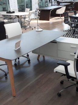 Schreibtisch- Rail-mit-Glaskeramikplatte-Grau-und-Sideboard_2