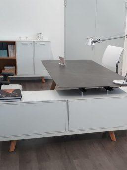 Schreibtisch- Rail-mit-Glaskeramikplatte-Grau-und-Sideboard_3