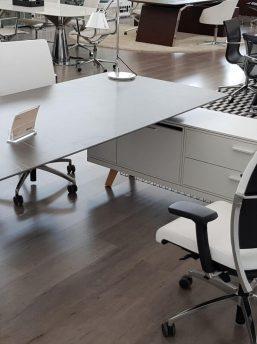 Schreibtisch- Rail-mit-Glaskeramikplatte-Grau-und-Sideboard_4