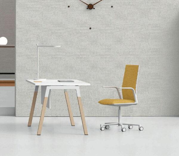 Schreibtisch-mit-Holzbeinen-Polare-Tischplatte-Weiss